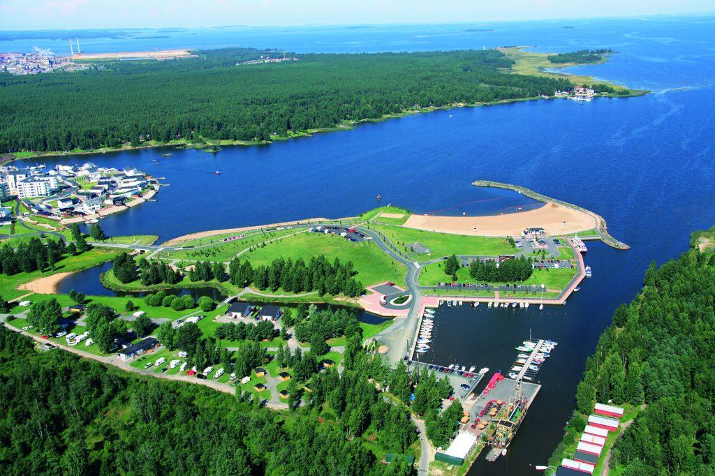 Ilmakuva merren rannalla 2, kilometriä keskustasta Meripuistosta, jolla sijaitsee myös 4 tähden leirintäalueemme Kokkola Camping.