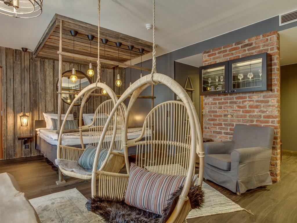 Original Sokos Hotel Kaarlen niin sanottu teema huone teemalla Tankar. Huoneessa rottinkikalusteita sekä saaristolaismiljööstä tuttuja värisävyjä ja esineitä.