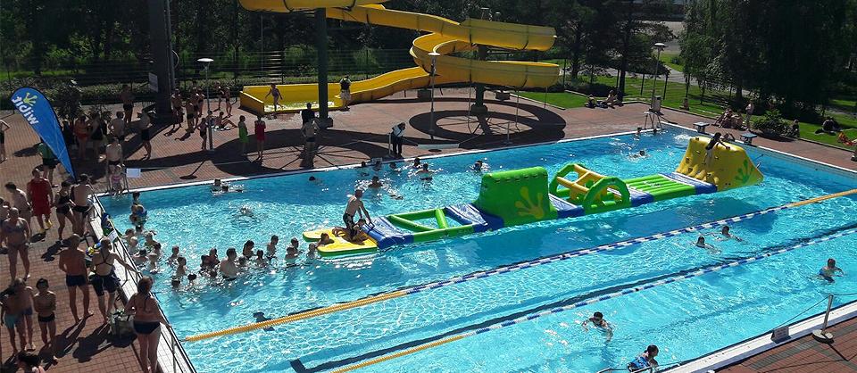 Uintikeskus VesiVeijarin ulkoaltaille paistaa kesäaurinko ja altaat tarjoavat tilaa vaikka kesäleikeille