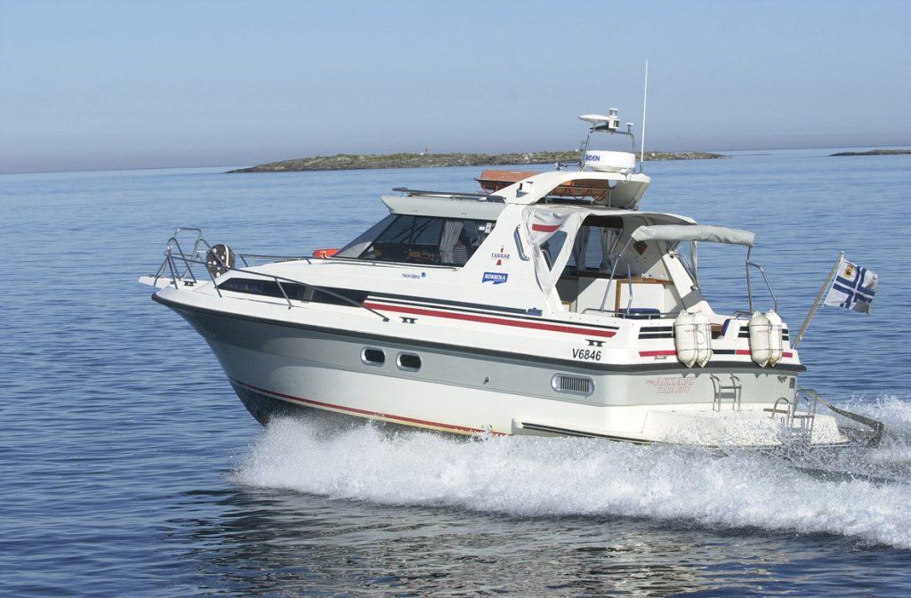 Nopea saaristovene kyyditsee asiakkaat saariston kohteisiin.