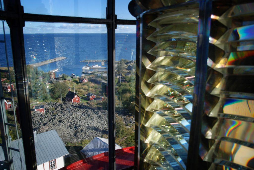 Tankarin majakan linssistöstä on hienot näköalat Tankarin saarelle. Kesäinen päivä valaisee Tankaria ja mökit näkyvät pieninä ylhäältä päin kuvattuna.