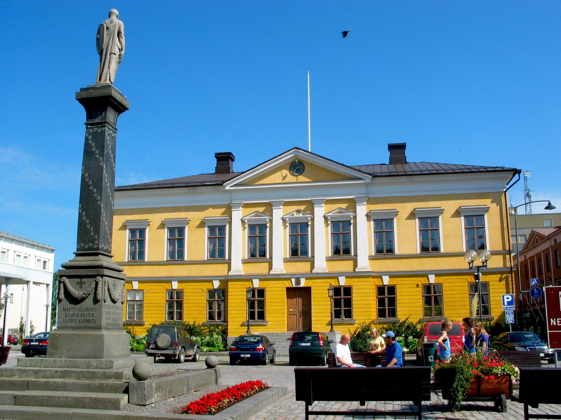 Kokkolan raatihuone ja Mannerheimin aukio kesäisenä päivänä.
