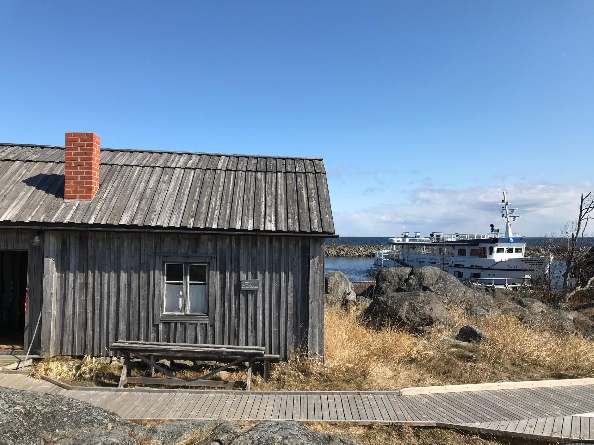 Tunnelmallinen Tankarin Vierasmaja on majoitus Tankarin sataman ja Cafe Tankarin läheisyydessä. Aurinkoisena päivänä Vierasmajan takana siintää M/S Jenny-laiva.