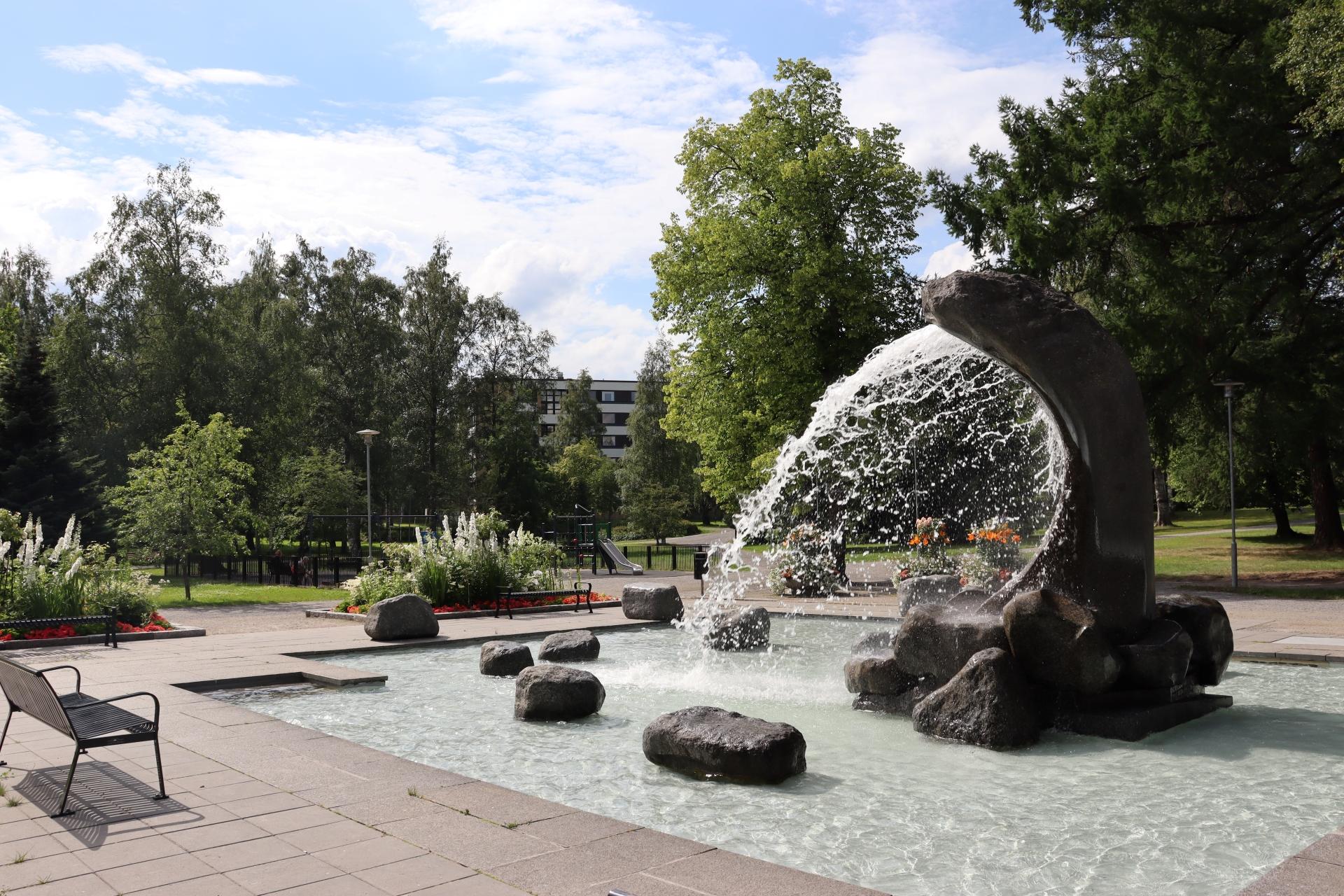 Kokkolan Länsipuistossa sijaitseva Tyrsky on suuri suihkulähde, jonka suihkuaa valtoimenaan kesäisenä päivänä.