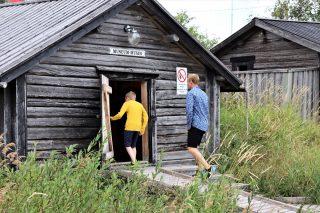 Isä ja poika menossa Tankarin hylkeenpyyntimuseoon.