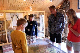 Perhe hylkeenpyyntimuseossa Tankarissa.
