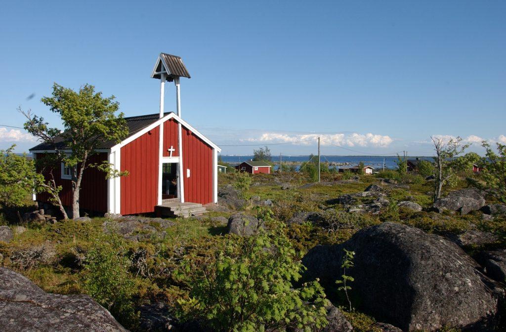 Tankarin kirkko on palvellut saarella olijoita jo vuodesta 1754. Tankarin kirkko kesäisenä päivänä.