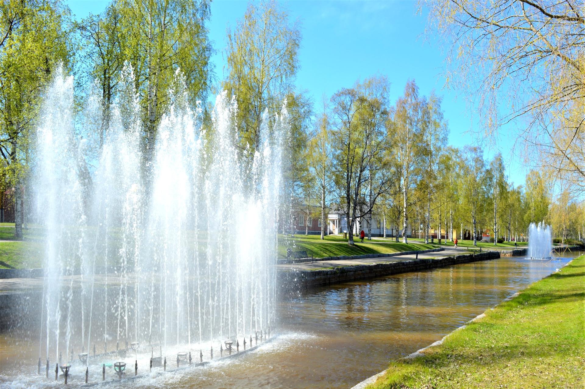 Kokkolan kaupunginsalmi Suntin suihkulähteet tuovat tunnelmaa katukuvaan kesäisin. Kesäinen ilma on kutsunut kaupunkilaisia kävelylle Suntin varrelle. Kesä on juuri puhkeamassa kukkaan.