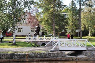 Kustaa II Adolfin puisen patsaan on veistänyt Ulla Haglund ja se paljastettiin Englanninpuistossa Kokkolan 400-vuotis juhlavuonna 2020.