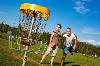 Kokkolassa on hyvät mahdollisuudet harrastaa myös frisbeegolfia. Pariskunta on lähtenyt Kokkolan Meripuistoon heittelemään kiekkoja kesäisenä päivänä.