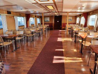 M/S Jennyssä on tilaa sadalleseitsemällekymmenelleseitsemälle matkustajalle. Risteilyaluksen salongissa voit rentoutua laivamatkan ajan nauttien virvokkeita laivan kioskista.