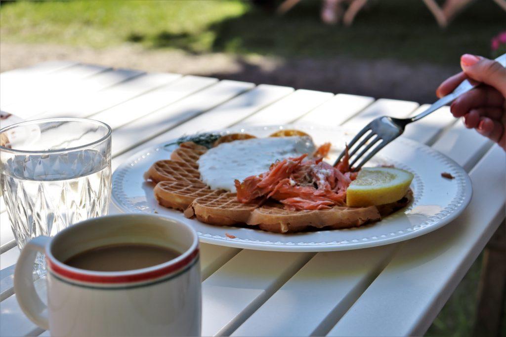 Vohvelikahvila Kokkolan keskustassa tarjoaa herkulliset suolaiset ja makeat vohvelit. Savulohivohvelin lisukkeena on myös kermaviilikastike ja sitruunaviipale.