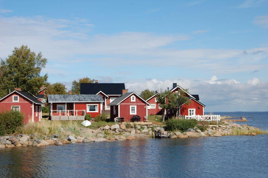 Ohtakarin kalastajakylä on merellinen paikka Lohtajalla. Saaristotunnelmaa huokuvat punaiset mökit ja kivinen ranta. Merellinen kohde on suosittu matkailijoiden keskuudessa.