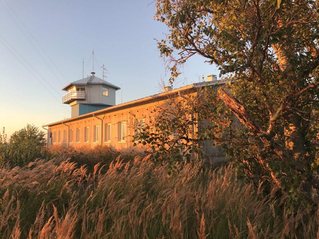 Tankar Inn on vanhassa luotsiasemassa toimiva retkeilyhostelli. Loppukesän auringonpaiste valaisee Tankar Innin kultaisen värisenä ja heinät huojuvat tuulessa.