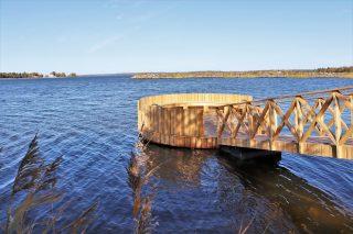 Tunnelmallinen meripuisto on mainio retkipaikka koko perheelle. Pyöreä laituri mahdollistaa veteen pulahtamisen uimatikkaita pitkin.