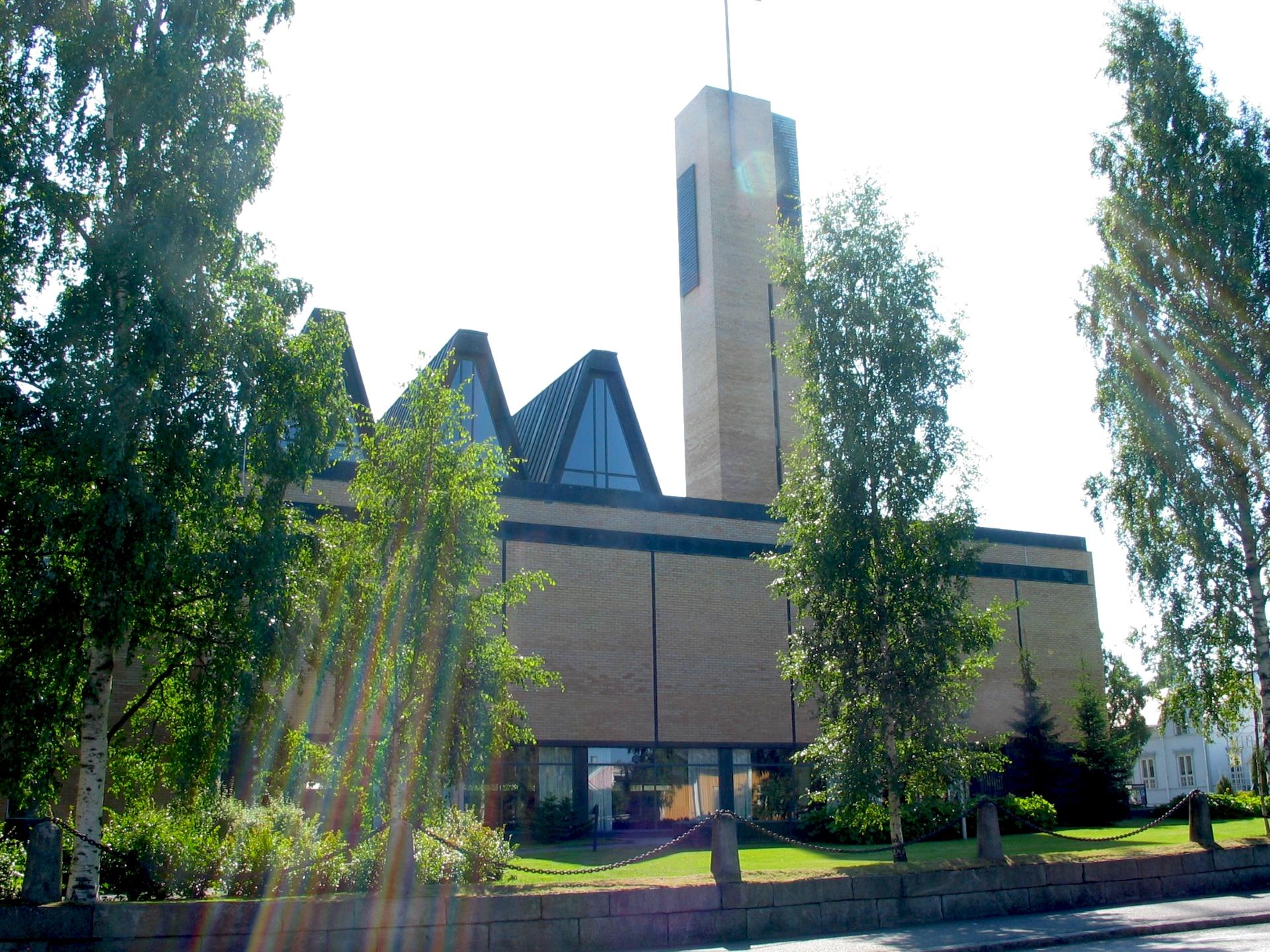 Nykyinen arkkitehti Aarne Nuortilan suunnittelema kirkko valmistui vuonna 1960.