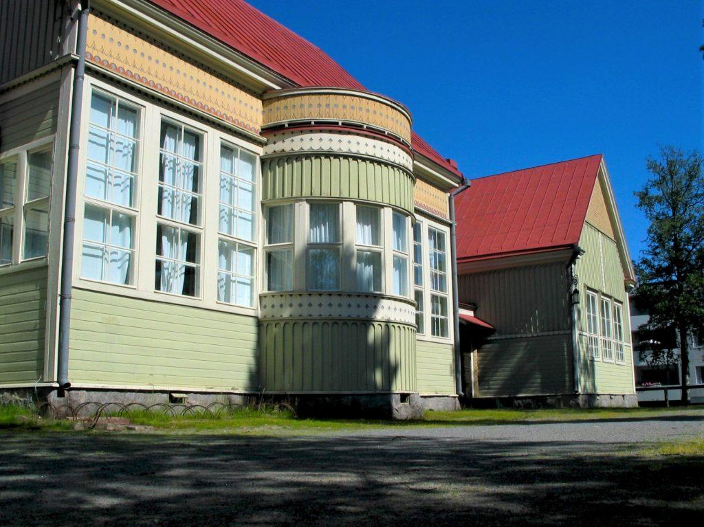 Renlundin koulun puinen osa vuodelta 1909 edustaa loisteliasta puujugendtyyliä.