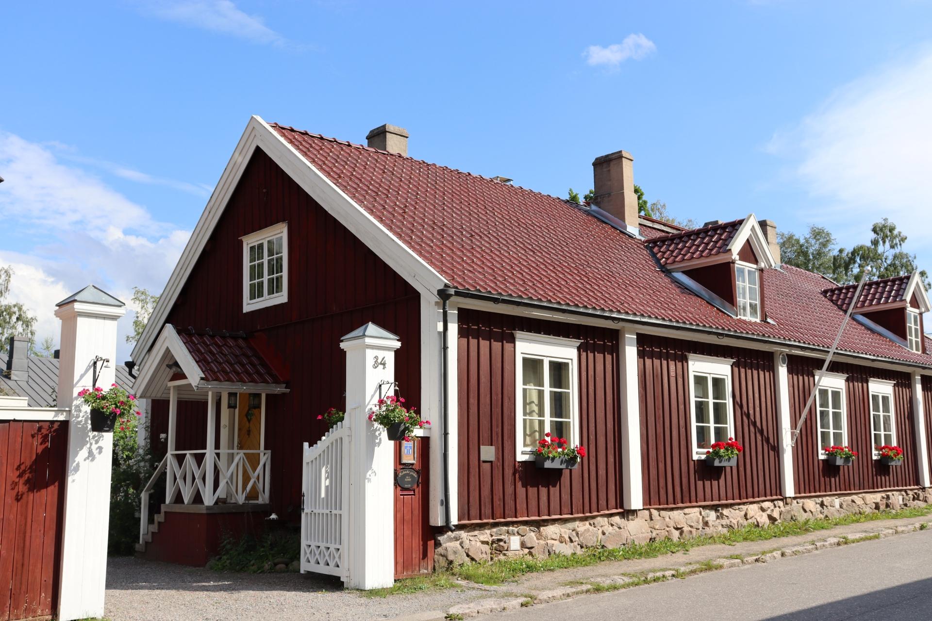 Isokadun ja Pakkahuoneenkadun kulmassa on punainen Rahmin talo, joka on yksi vanhimpia säilyneitä porvaristaloja Kokkolassa.