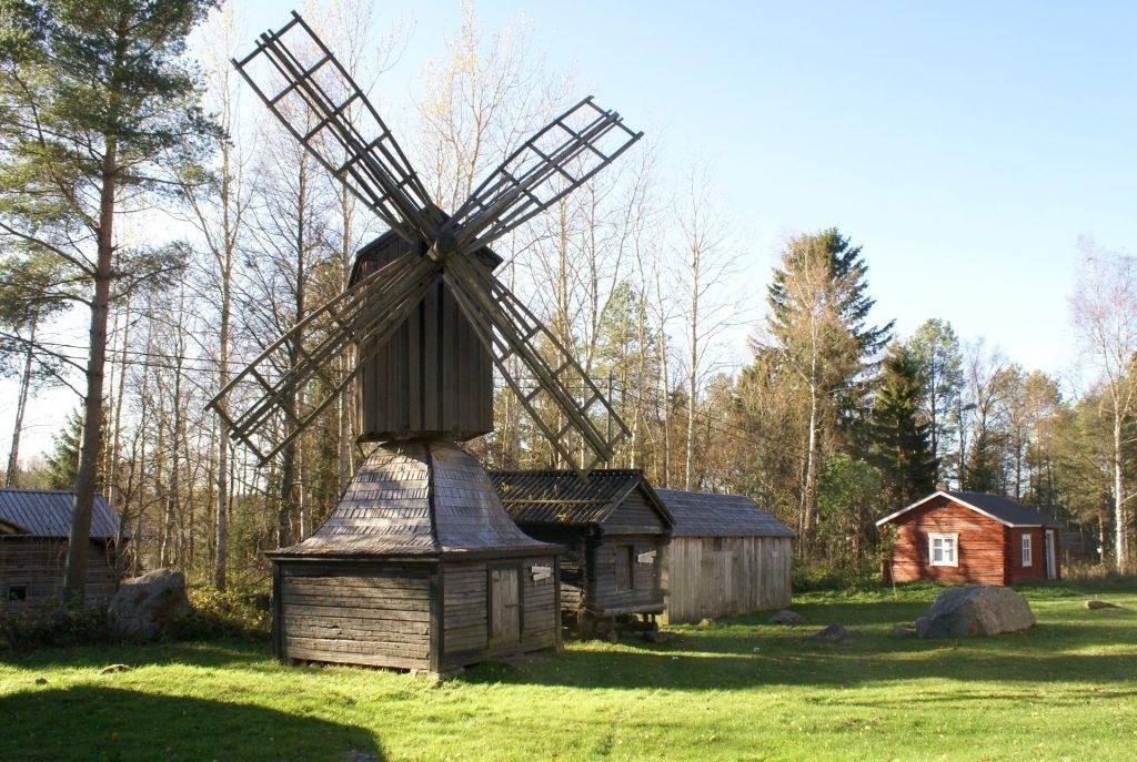 Lohtajan kotiseutumuseon pihassa on hieno puinen tuulimylly.