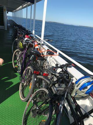 M/S Jenny kuljettaa myös pyöräsi. Köpmanholmen on suosittu kohde, voit pyöräillä joko meno- tai paluumatkan. M/S Jenny seilaamassa merellä kyydissään pyöriä.
