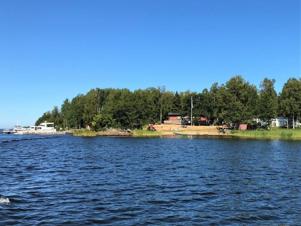 Köpmanholmen on kaunis saari Larsmon kunnassa. M/S Jenny on Köpmanholmenin laiturissa kauniina päivänä.