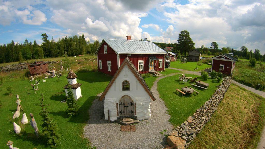 Sokojan kivikirkko sijaitsee Yli-Sokojalla, kauniissa pihapiirissä. Kivikirkko oli Leena Harjunpään lahja miehelleen Martti Nykäselle, ja se on avoinna yleisölle. Kuvaaja Tony Wargh.