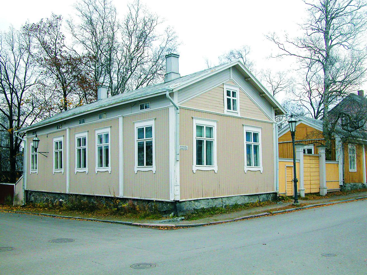 Vaaleanpunainen Hongellin talo sijaitsee Neristanissa Isollakadulla.