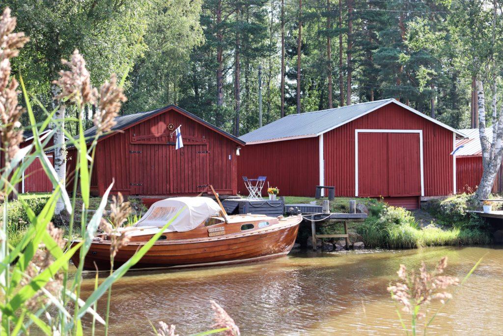 Kaupunginsalmi Suntin varrella Kokkolassa on vanhat venevajat, jotka ovat yksi tunnelmallisimmista Kokkolan nähtävyyksistä. Kesäinen maisema, punaiset venevajat ja puinen vene luovat tunnelmaa Suomen lipun liehuessa venevajan seinässä.